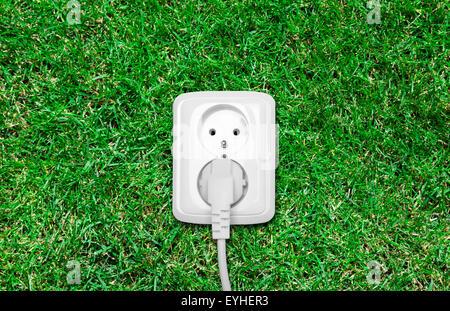 Steckdose auf dem grünen Rasen - Stockfoto
