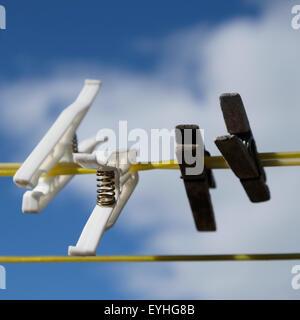 Heringe auf einen waschen Kleidung Linie Sommer sky UK - Stockfoto