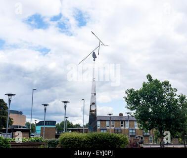 Pfeil oben auf Obelisk Struktur Grafton Centre East Road Cambridge City Cambridgeshire England UK mobile - Stockfoto