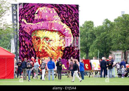 (150730)--AMSTERDAM, 30. Juli 2015 (Xinhua)--Menschen betrachten ein Tableau von Blumen, der berühmten niederländischen - Stockfoto