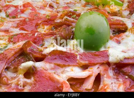 Nahaufnahme Makro Speck Pizza Detail mit Olive