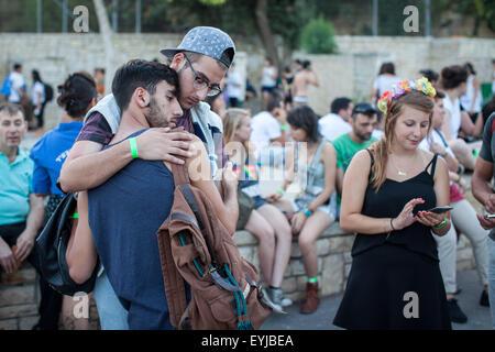 Jerusalem. 30. Juli 2015. Zwei Männer trösten einander nach einem Messer-Angriff während der jährlichen gay-Pride-Parade in Jerusalem. Sechs Menschen bei Jerusalems jährlichen gay-Pride-Parade am Donnerstag in einem der schwersten Angriffe auf die Homosexuell Gemeinschaft in Israel, erstochen wurden sagte israelische Beamte und Augenzeugen Xinhua. Ein Polizei-Sprecher sagte der Angreifer wurde gefangen genommen und als Yishai Schlissel, ein jüdischer ultra-orthodoxen Mann, der ein ähnlicher Angriff im Jahr 2005 durchgeführt drei Personen verletzt. Schlissel wurde erst vor drei Wochen aus dem Gefängnis entlassen. Bildnachweis: Xinhua/Alamy Live-Nachrichten