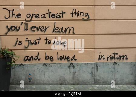 Liebe, geschrieben an der Wand der Stadt - Stockfoto