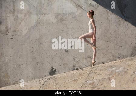 Schlanke Tänzerin steht in einer Ballett-pose - Stockfoto