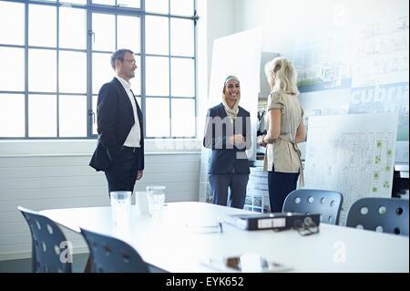 Business-Team diskutieren Präsentationsideen im Büro - Stockfoto