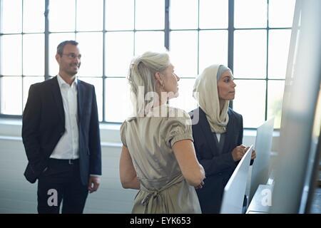 Business-Team präsentieren Ideen im Büro - Stockfoto