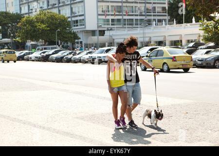 Junges Paar mit Hund Bürgersteig, Copacabana, Rio De Janeiro, Brasilien - Stockfoto