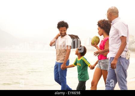 Großvater und Familie spazieren Strand von Ipanema, Rio De Janeiro, Brasilien - Stockfoto