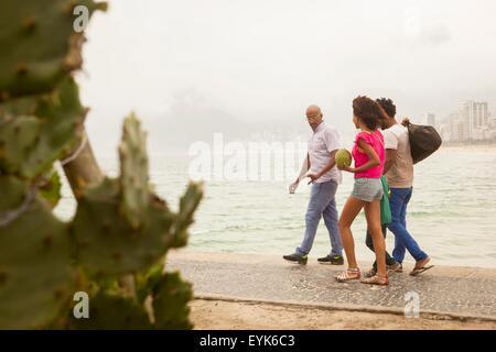 Vierköpfige Familie ein Spaziergang am Strand von Ipanema, Rio De Janeiro, Brasilien - Stockfoto