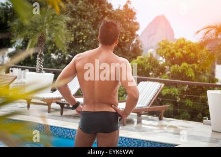 Mann am Pool, Zuckerhut im Hintergrund, RIo, Brasilien - Stockfoto