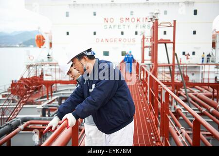 Zwei Arbeiter mit Diskussion im Verschiffungshafen, GoSeong-Gun, Südkorea - Stockfoto