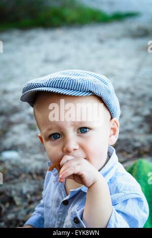 Porträt des jungen tragen flache Kappe, in ländlicher Umgebung - Stockfoto