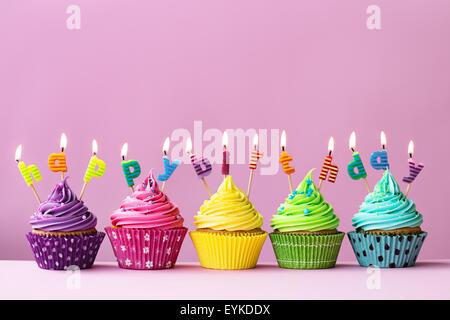 """Muffins mit Kerzen, die Rechtschreibung der Wörter """"happy Birthday"""" - Stockfoto"""