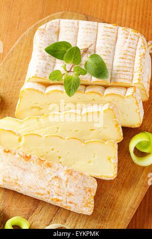 Französisch weichen Käse mit gehackten Lauch auf Schneidebrett - Stockfoto