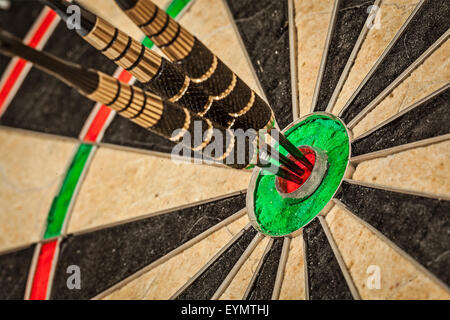 Erfolg trifft Ziel Ziel Zielerreichung Konzept Hintergrund - drei Darts im Auge des Stiers hautnah - Stockfoto