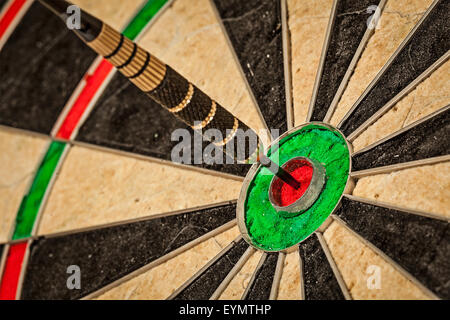 Erfolg trifft Ziel Ziel Zielerreichung Konzept Hintergrund - Dart im Auge des Stiers hautnah - Stockfoto