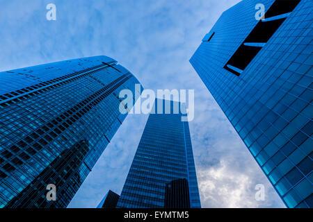 Städtische Bauten Wolkenkratzer im Himmel bei Sonnenuntergang. Singapur - Stockfoto