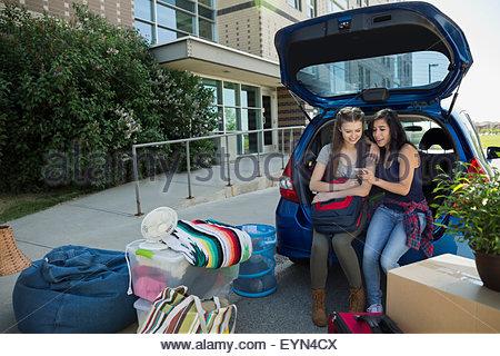 College-Studenten-SMS Studentenwohnheim einziehen - Stockfoto