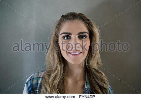 Porträt, lächelnde junge blonde Frau hautnah - Stockfoto