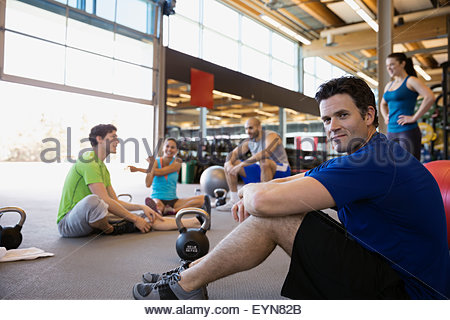 Porträt zuversichtlich Mann in Übung Glas in Turnhalle - Stockfoto
