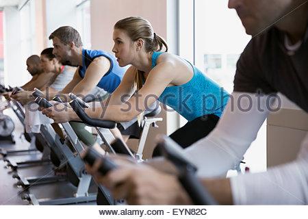 Heimtrainer im Spin-Klasse Frau fokussiert - Stockfoto