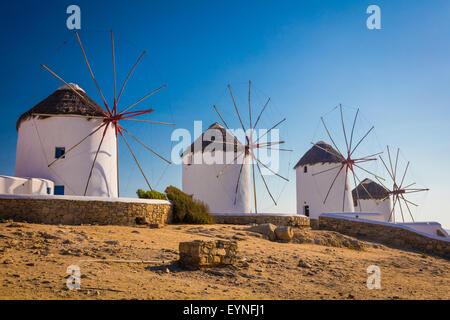 Windmühlen von Mykonos - die Windmühlen sind ein bezeichnendes Merkmal der Mykonos-Landschaft. - Stockfoto