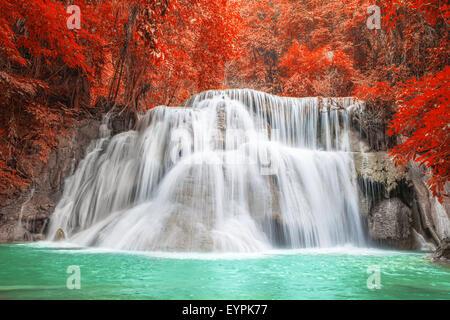 Wasserfall im Herbst in Kanchanaburi, Thailand - Stockfoto