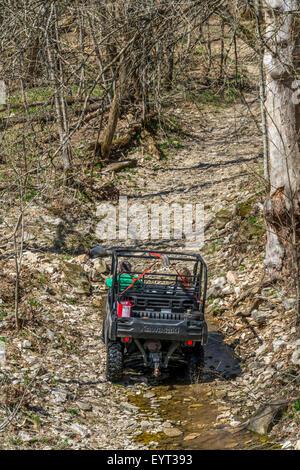 Paar fahren einen Geländewagen auf der steinigen Trail der unteren Howard Creek Natur und Erbe zu bewahren, in der - Stockfoto