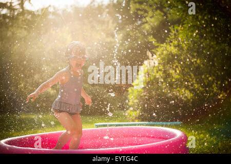 Kid spielen mit Wasser im Sommer - Stockfoto
