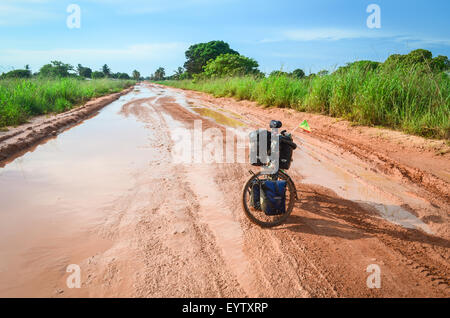 Überflutete Straßen in Zaire Provinz von Angola und ein Tourenrad - Stockfoto