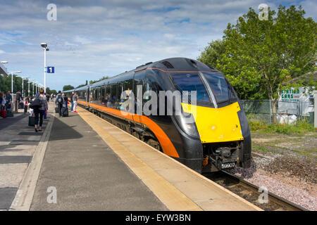 Fluggästen ein Grand Central Züge 180 Zephyr Klasse Hochgeschwindigkeitszug am Eaglescliffe auf der Sunderland zu - Stockfoto
