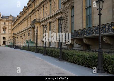 Porte Jaujard des Louvre-Palast (Palais du Louvre) in der Dämmerung. - Stockfoto