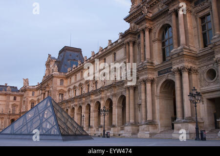 Pavillon Denon und kleine Pyramide des Louvre-Palast (Palais du Louvre) in der Dämmerung. - Stockfoto