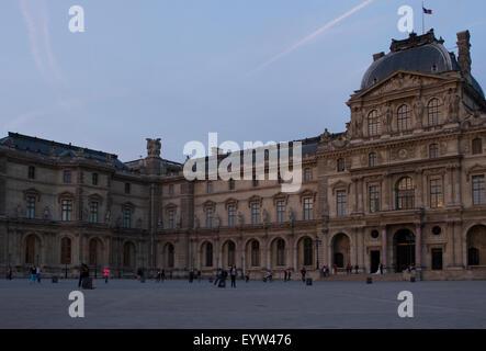 Pavillon Sully von der Louvre-Palast (Palais du Louvre) in der Dämmerung. - Stockfoto