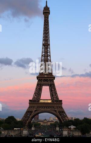 Eiffelturm im späten Abendlicht - Stockfoto