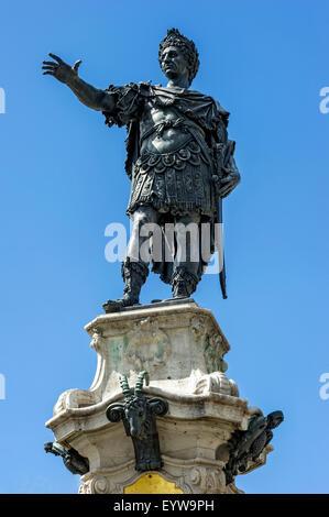 Statue von Roman Emperor Augustus, Augustus-Brunnen, Rathausplatz-Platz, Augsburg, Schwaben, Bayern, Deutschland - Stockfoto