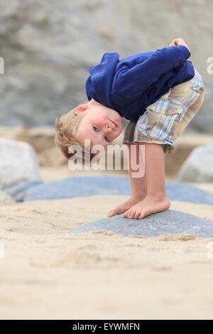 Porträt eines kleinen Jungen am Strand genießen - Stockfoto