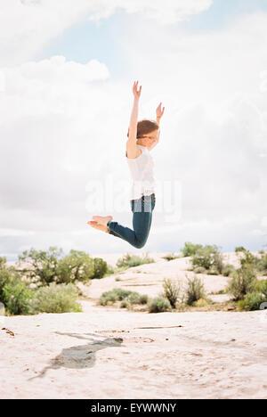 Barfuß Frau sprang in die Luft - Stockfoto
