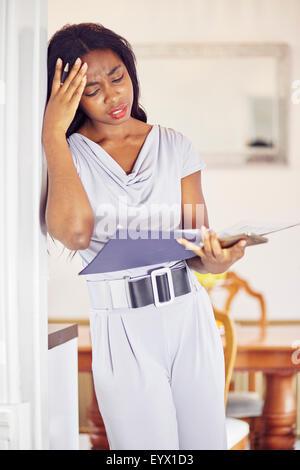 Ethnische Frau arbeitet, Finanzen - Stockfoto