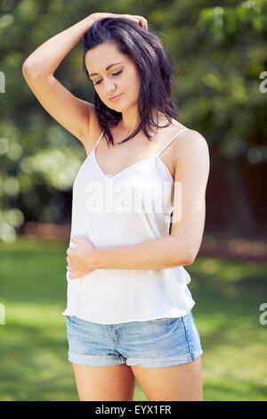 Nachdenklich aussehendes Mädchen im freien - Stockfoto