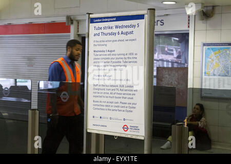 London, UK. 4. August 2015. Ein schwarzes Brett an der Waterloo Station warnt Passagiere der geplanten 24-Stunden - Stockfoto