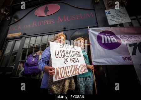 London, UK. 4. August 2015. Proteste draußen neu eröffnete Jack der Ripper Museum auf Kabel Straße Kredit: Guy Corbishley/Alamy Live News