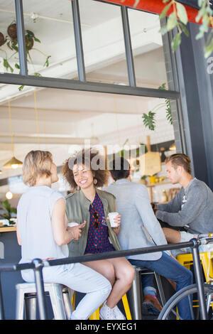 Freunde, trinken Kaffee und reden auf urban Cafe Terrasse - Stockfoto