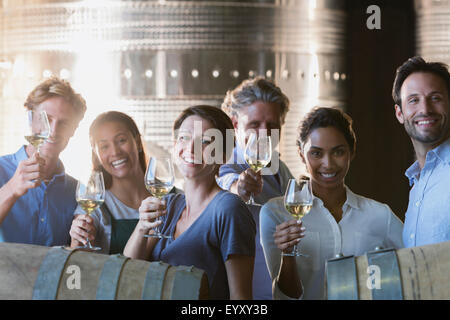 Porträt, Lächeln Freunde Weinverkostung im Weingut Keller - Stockfoto