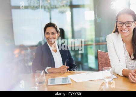 Porträt, Lächeln Unternehmerinnen im Konferenzraum - Stockfoto
