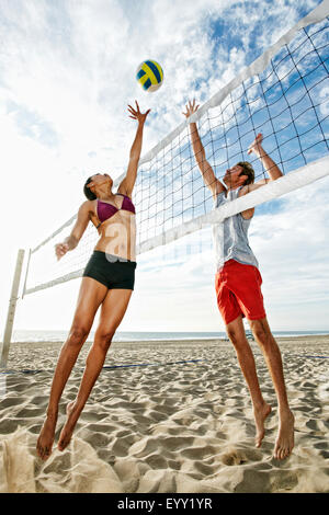 Freunde am Strand Volleyball spielen