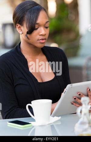 Gemischte Rassen Geschäftsfrau mit digital-Tablette am Café im freien - Stockfoto