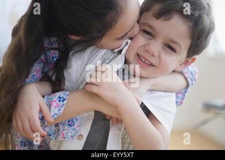 Nahaufnahme von Kaukasischen Mädchen küssen Bruder Stockfoto
