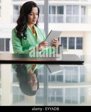 Hispanische Geschäftsfrau mit digital-Tablette am Konferenztisch - Stockfoto