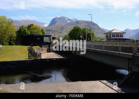 Swing Bridge an der Unterseite der Neptune's auf dem Caledonian Canal mit Ben Nevis im Hintergrund, Schottland. - Stockfoto
